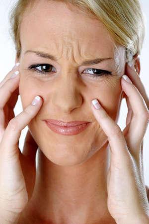 fair skin: Mujer furrowing su cara.  LANG_EVOIMAGES