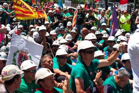 Group and family  miners in Madrid to protest cuts in aid to the carbon Editorial
