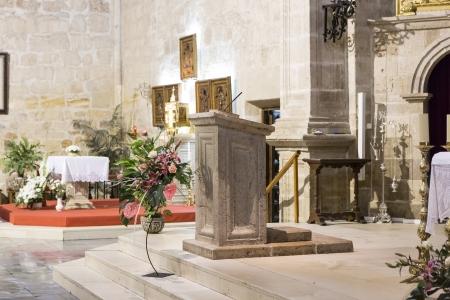 Kanzel in einer katholischen Kirche die Bibel zu lesen Editorial