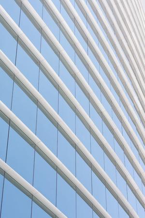Paroi de verre bleu immeuble de bureaux avec le ciel reflète Banque d'images - 38251543