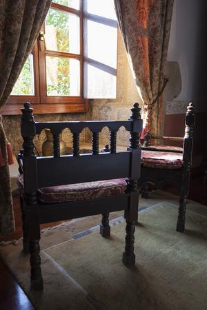 silla de madera: sillas r�sticas en frente de una ventana