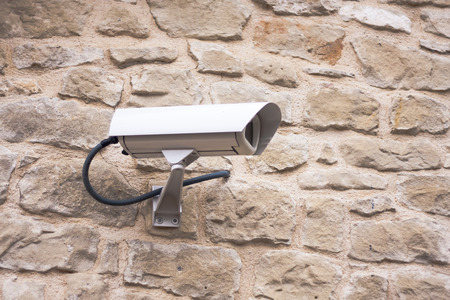 guardia de seguridad: CCTV camera. Security camera on the wall. Private property protection.