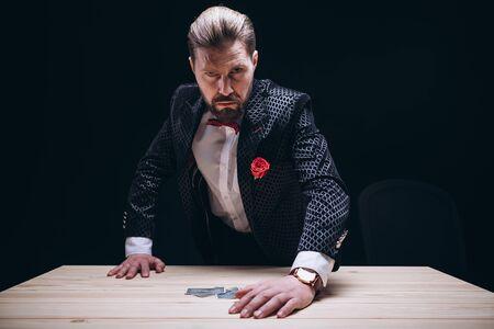 Jugador hombre enojado en traje de levantarse de la mesa Foto de archivo