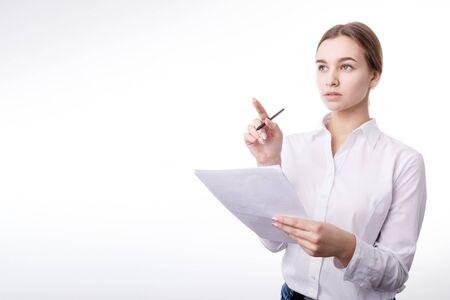 Une jeune employée de bureau blonde réfléchie réfléchissant à quelque chose