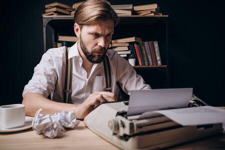 Un autor joven entusiasta escribiendo su obra Foto de archivo