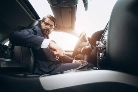 Responsible man fastening seat belt before driving car 版權商用圖片
