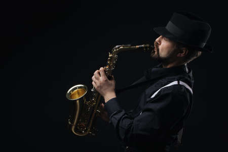 Male artist using saxophone Banque d'images