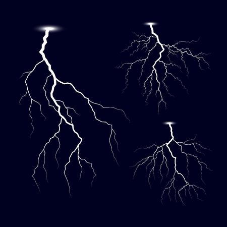 Éclair. Ensemble d'éclairs d'orage. Effets de lumière vive. Illustration vectorielle isolée sur fond sombre