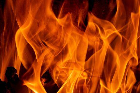 Flammes lumineuses dansantes sur fond noir