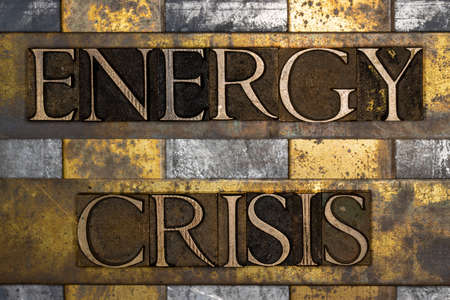 Energy Crisis text on textured grunge copper and vintage gold background Stockfoto