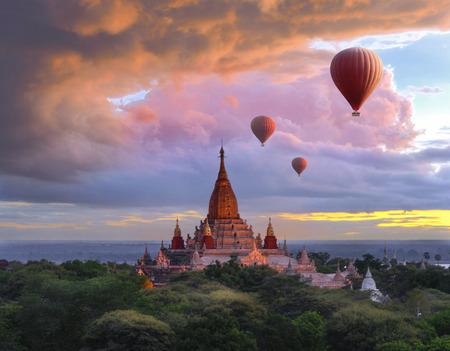 ミャンマーの日没の風景でバガンのパゴダの上を飛んでのバルーン