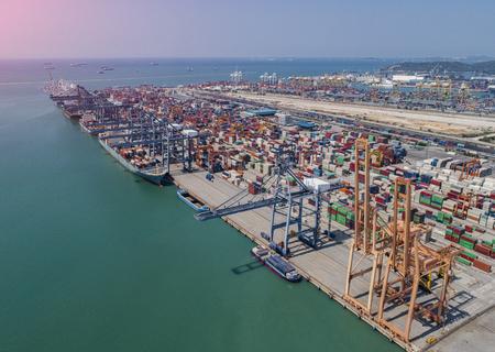 Los ocupados de carga y descarga del puerto de congestión de los servicios de contenedores en el transporte marítimo en todo el mundo de la logística