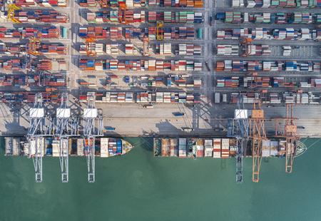 コンテナー船は、積地から揚地港と並んで、空撮で貨物の遷移貨物ハッチ カバーを開く 写真素材