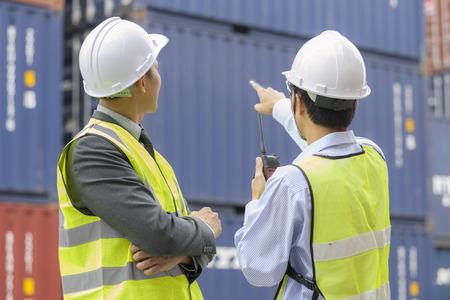 통신 장치 보고서 번호 확인 함께 마당에서 작업하는 컨테이너 관리자 스톡 콘텐츠 - 75444229
