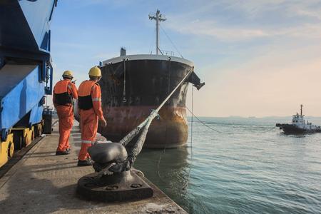 Liggend bendes die het schip op het zeilen vertrekken vanaf het terminal van de haven