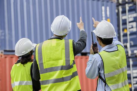 container inspecteur werken in de tuin met communicatie-apparaat walkie talkie communiceren rapport nummercontrole Stockfoto
