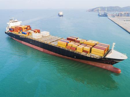 containerschip vaartuig aankomst en nadering van de toegangspoort van de haven Stockfoto
