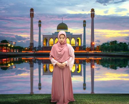 Vrouwelijke vrouw moslim bid voor moskee in Ramadan Kareem bij zonsondergang landschap Stockfoto - 78956580