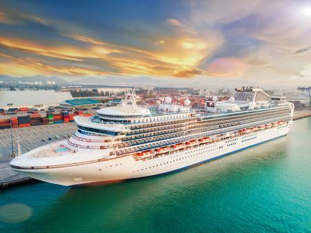 Sternenkreuzfahrt-Passagierschiff, das in einem internationalen Hafen für Durchfahrt den Passagiertouristen-Besuch an Land-Stadtleben anlegt