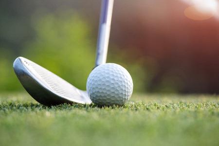 iron steel in 공을 치거나 녹색으로 앞당기 기 위해 페어웨이에서 잔디에서 멀리 떨어지게 할 때, 최상의 결과는 슛 후에 발생합니다. 스톡 콘텐츠