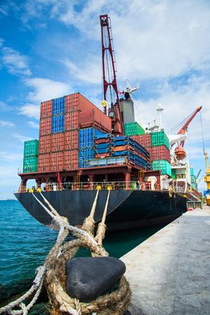 Containers die laden in de achterste accommodatie op basis van de prioriteit van de havenbestemming, transport onder leiding van logistieke systeemservices naar global international wereldwijd Stockfoto - 92149153