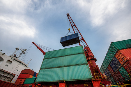 unit of container lifting by the ship crane to accomodation in the priority bay storage on the route of the vessel ship destination in discharging port