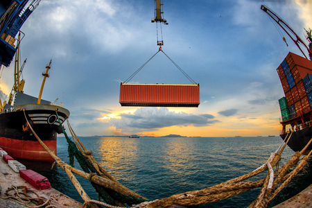 fish eye lens, operation loading in port by the gantry crane unit of container from storage yard to the bay of the ship 스톡 콘텐츠