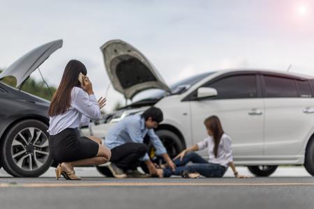 La mujer pide ayuda y los insurgentes requieren después de un accidente de automóvil con lesiones a personas en un entorno de enfoque suave