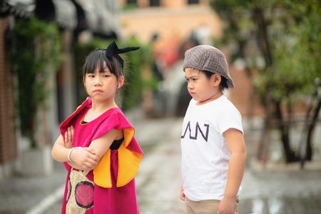 niño y niña discuten el uno al otro, gritando y gritando con una relación de ruptura molesta