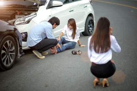 ambos coches chocan entre sí, el conductor y la parte están molestos y decepcionados por la situación alerta de uno de ellos herido Foto de archivo