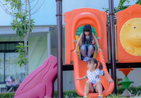group of international kids preschool enjoy playing in schoolyard together Stockfoto