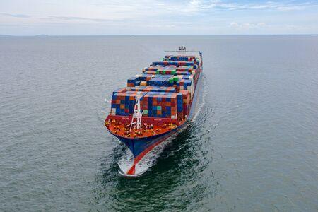 het grote TEU-containerschip dat in het zeevervoer vaart de vracht van de laadhaven naar de bestemming van de loshaven, transport- en logistieke systeemdiensten naar de hele wereld