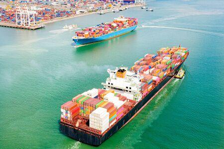 vue aérienne de dessus des grands conteneurs EVP arrivant et partant du port, transportant l'expédition du port de chargement à la destination port de déchargement, transport et service logistique vers le monde Banque d'images