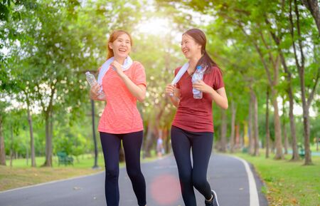 jonge aziatische vrouwen die oefeningen doen in het openbare stadspark Stockfoto