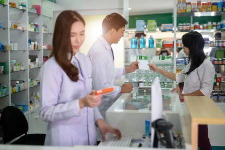 Hombre farmacéutico toma el pedido de prescripción de medicamentos del cliente en la tienda de farmacia