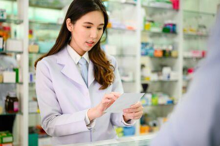 Mano de mujer farmacéutica con receta de medicamento y explicar la propiedad del medicamento al paciente o al cliente comprador cómo aplicar