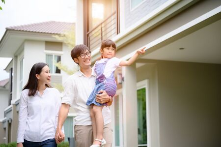 family walking on the model new house looking for living life future, new family meet new house Фото со стока - 132475233