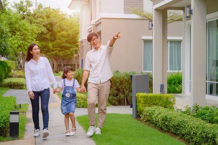 Familie zu Fuß auf dem Modell neues Haus auf der Suche nach dem Leben der Zukunft, neue Familie trifft neues Haus