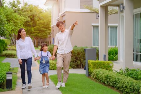 famille marchant sur la nouvelle maison modèle à la recherche d'un avenir vivant, nouvelle famille rencontre une nouvelle maison