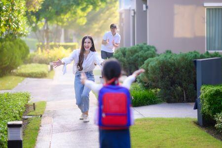 딸의 집에 팔을 벌려 행복한 움직임을 보이는 엄마 엄마, 방과 후 집에 돌아오는 신나는 여자 딸