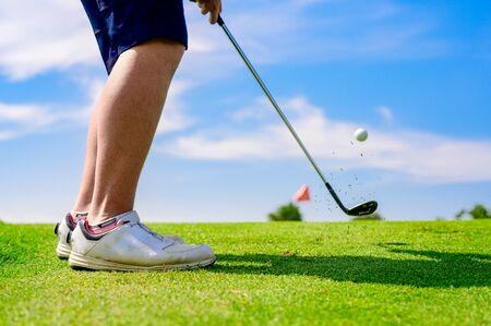 Un joueur de golf homme se concentre pour frapper la balle de golf vers le green de destination pour gagner en taux de score Banque d'images