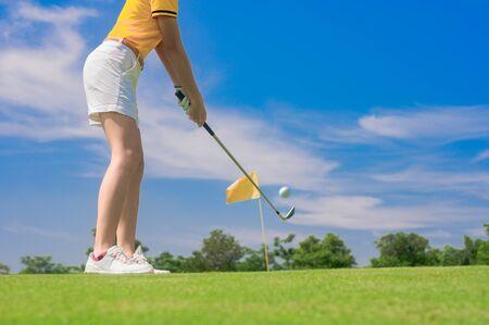 Golfspieler konzentrieren sich darauf, den Golfball zum Zielgrün zu schlagen, um die Punktzahl zu gewinnen