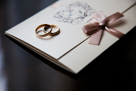 wedding decoration: Wedding rings on the invitation card Stock Photo