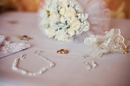 Trauringe auf einem weißen Hintergrund, unendlich Zeichen der Ringe, Trauringe und Schmuck Braut Standard-Bild - 53115125