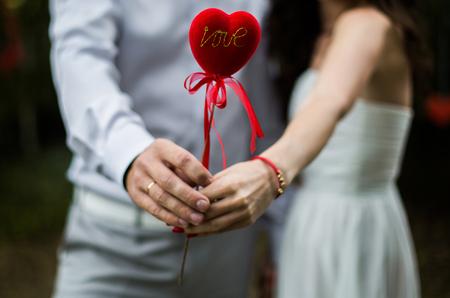 남자와 여자는 그의 손에 마음을 잡고 남자와 여자,