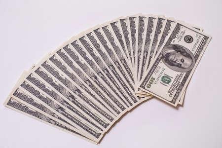 dollaro: sfondo del denaro, banconote da cento dollari lato anteriore. sfondo di dollari, vecchio da cento dollari bil faccia, ventilatore da banconote in dollari americani. Isolare su bianco. Archivio Fotografico
