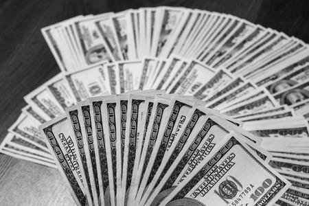 bolsa dinero: fan de dinero, un fan de los nuevos billetes de cien dólares, billetes de cien dólares cara, sed de riqueza, detalle, el alquiler, dinero de bolsillo, fondo de dinero, millonario, dinero en la mano, tomando el dinero