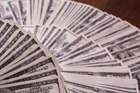 dollaro: fan di denaro, un fan di nuove banconote da cento dollari, banconote da cento dollari affrontano, sete di ricchezza, dettaglio, la locazione, soldi in tasca, sfondo di denaro, milionario, soldi in mano, prendere i soldi Archivio Fotografico