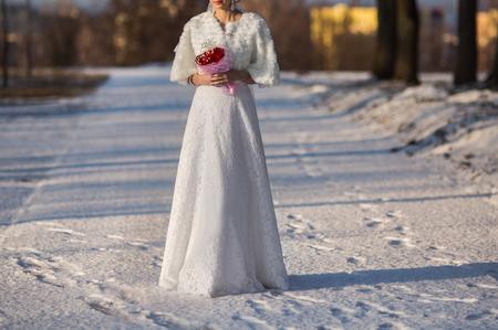 빨간 장미 꽃다발을 들고 웨딩 드레스의 신부, 겨울 결혼식