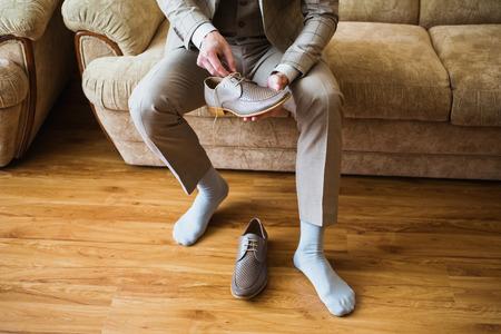 남자는 구두를 신다.